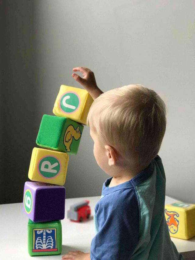 ブロックを積み上げている子供